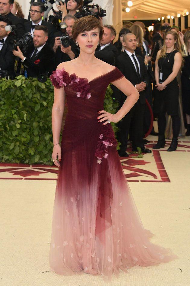 Scarlett Johansson responde a la polémica por su vestido en la Gala