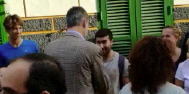 Felipe VI en Mallorca charla con el voluntario que le ofreció una