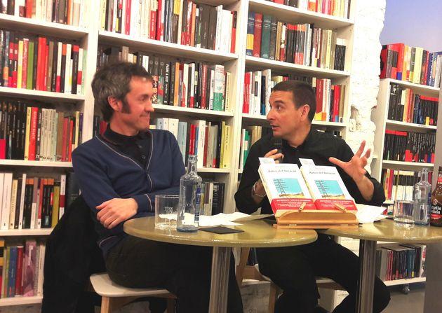 El escritor Carlos Pardo y Kiko Amat en la presentación de 'Antes del huracán' en la librería Tipos Infames,...