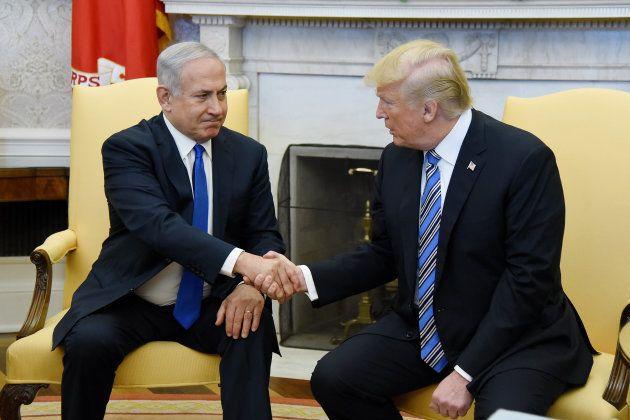 Netanyahu y Trump se dan la mano en el Despacho Oval, en la Casa