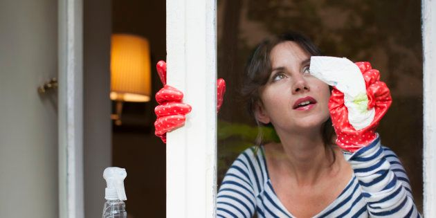 Las impactantes imágenes de una mujer de Cantabria jugándose la vida para limpiar los cristales de su