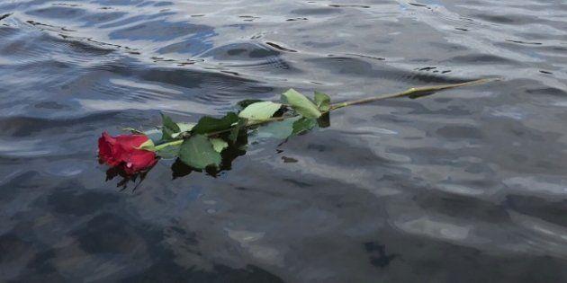 Imagen de la rosa lanzada al río por los miembros del equipo de remo de la