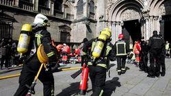 Los bomberos ayudan a cortar con una radial el anillo erótico de un