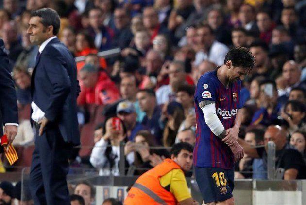 El delantero argentino del FC Barcelona, Leo Messi, abandona el terreno de juego tras caer lesionado...