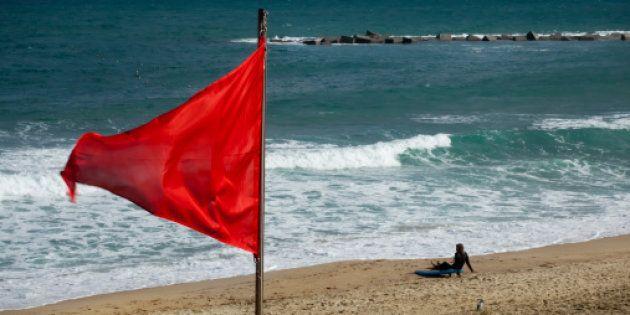 Prohíben el baño en una treintena de playas catalanas por el estado del