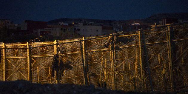 Un inmigrante muere tras saltar la valla de