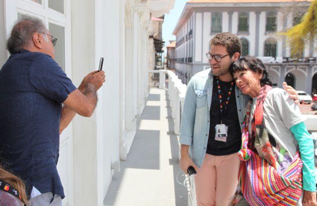 Geraldine Chaplin posa junto a un miembro del IFF Panamá mientras su marido, Patricio Castilla les saca...