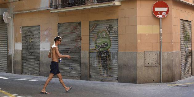 Un turista descamisado pasea por el casco histórico de