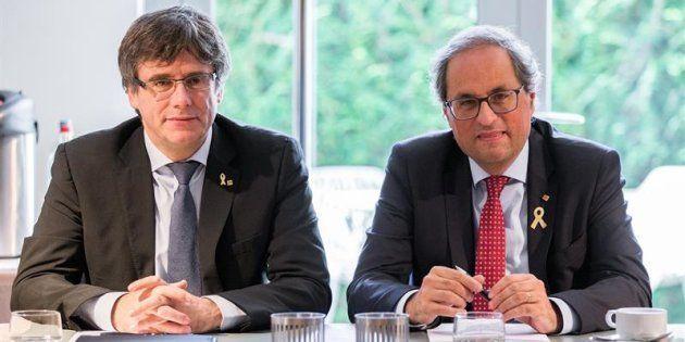 El presidente de la Generalitat, Quim Torra (d), posa junto al expresidente catalán Carles