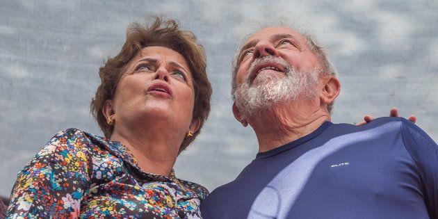 Dilma Rousseff y Luiz Inacio Lula da Silva, el pasado abril, durante una misa en recuerdo de la esposa...