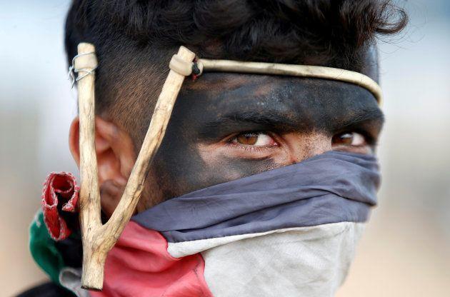 Un joven palestino, en la protesta de Gaza de este
