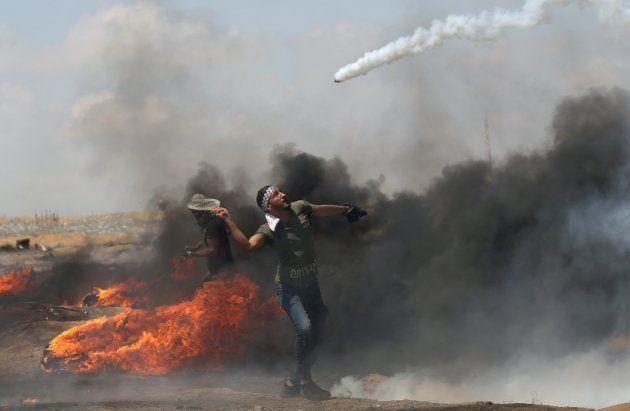 Algunos palestinos han usado raquetas para evitar las bombas de gases