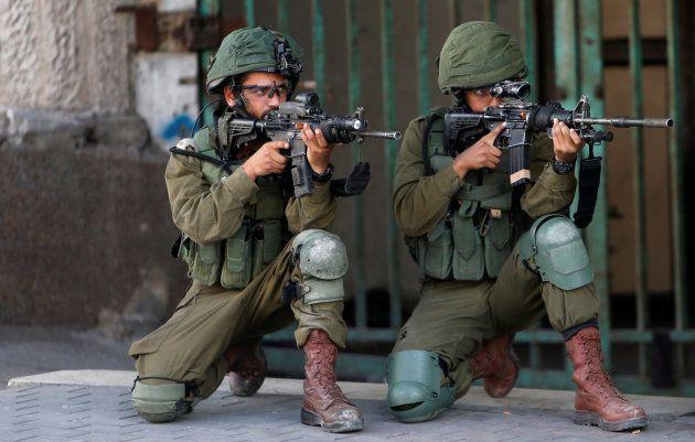 Soldados israelíes apuntan con sus armas en
