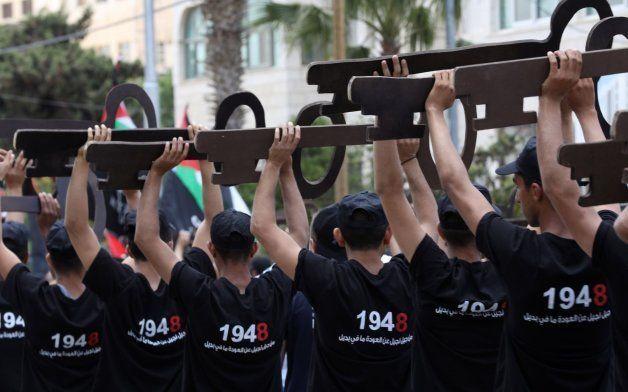 Manifestantes palestinos muestran llaves que representan su derecho a volver a sus tierras durante unas...