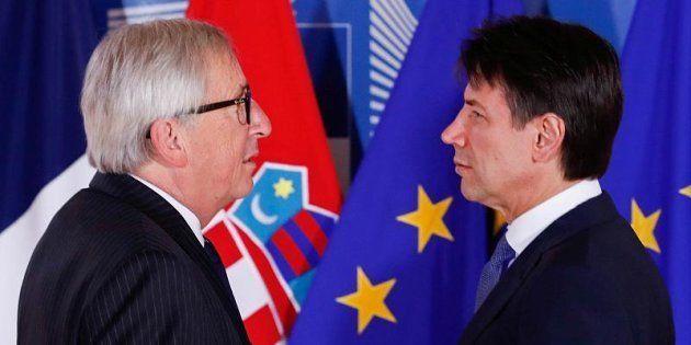 El primer ministro de Italia, Guiseppe Conte, con el presidente de la Comisión Europea, Jean Claude