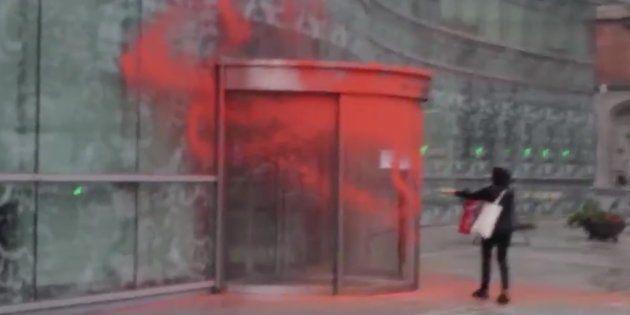 La organización juvenil de Sortu reivindica el ataque con pintura contra la Agencia Vasca de