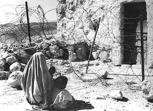 Una madre palestina y su hijo, separados de su casa por la Línea Verde, en