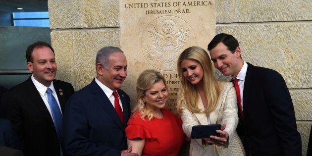 Netanyahu y su mujer se toman un selfi junto a Ivanka Trump y Jared Kushner durante la inauguración de...