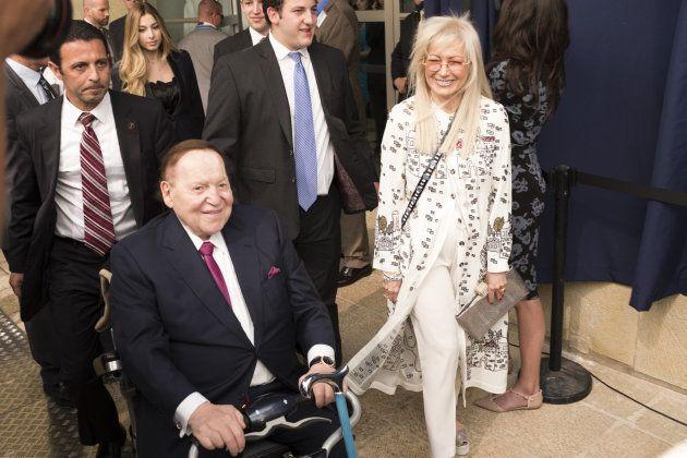Sheldon Adelson llega junto a su mujer a la