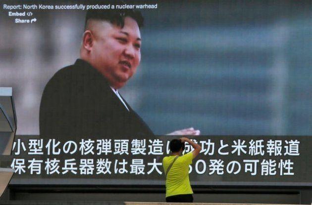 Un viandante pasa ante una pantalla con las últimas noticias sobre Corea del Norte en Tokio