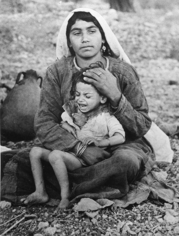 Una madre palestina y su hijo, expulsados de su casa en la región de Ramala, fotografiados cerca de Jerusalén...