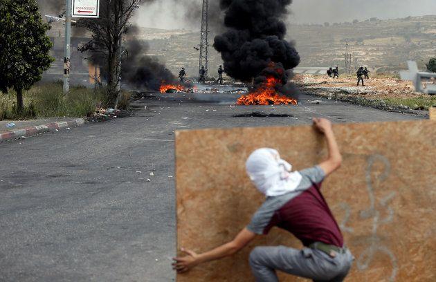 Un manifestante palestino cerca del asentamiento judío de Beit El, cerca de Ramallah