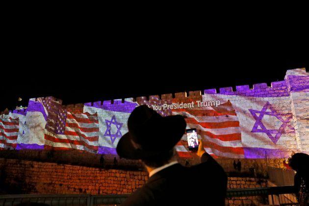 Las banderas israelí y estadounidense son proyectadas en los muros de las rampas de la Ciudad Vieja de...