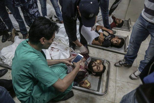 Cuerpos de manifestantes palestinos yacen en el hospital tras las protestas del lunes en