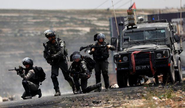 Policías fronterizos israelíes toman posiciones ante las protestas palestinas, este