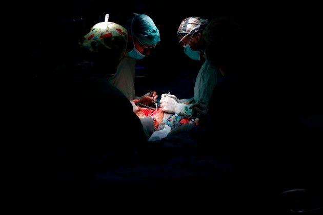 Un equipo de Médicos sin Fronteras opera a un palestino que recibió un balazo en la