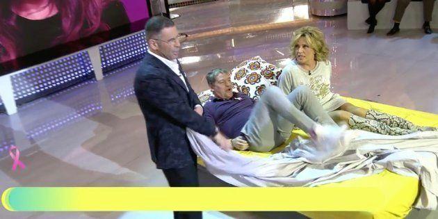 Jorge Javier Vázquez (de pie) y Gustavo González y Lydia Lozano en una cama en