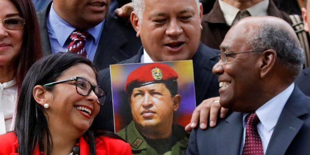 Diosdado Cabello (centro), junto a Delcy Rodriguez y Aristóbulo Isturiz, en la primera sesión de la Asamblea...
