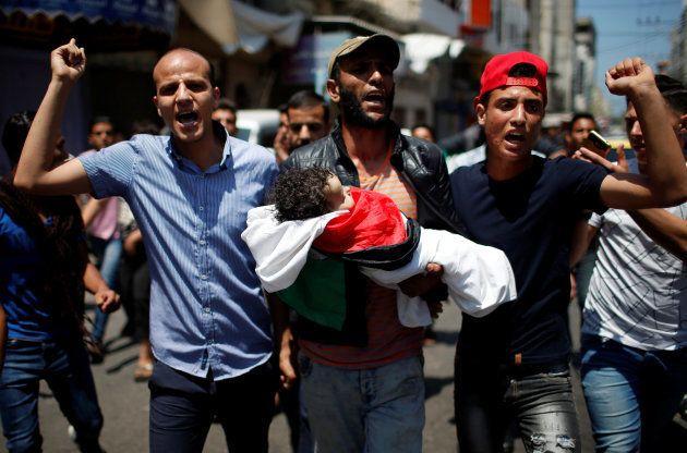 La pequeña Laila, envuelta en la bandera palestina, durante su funeral de esta