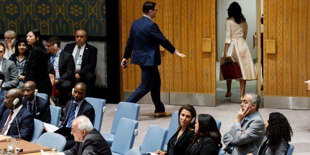 La embajadora permanente de Estados Unidos ante la ONU, Nikki Haley, se marcha de la sala mientras interviene...