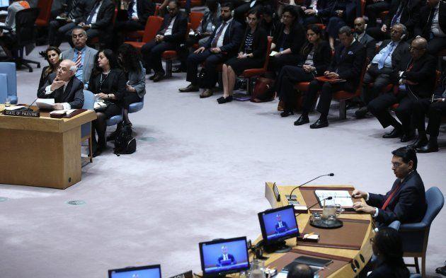 El embajador palestino en la ONU, Riyad Mansour, señala a sus homólogo israeli, Danni Danon, durante...