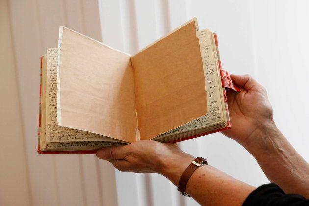 Dos páginas del diario, cubiertas con cinta adhesiva, son mostradas mientras la Casa de Ana Frank publica...