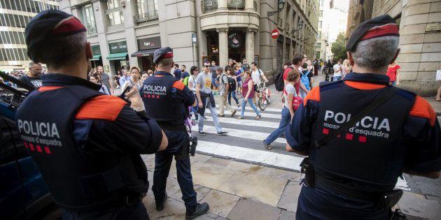 Una unidad de los Mossos d'Esquadra por las calles del centro de