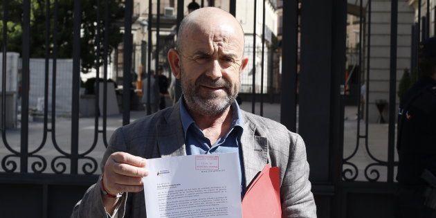 El representante de la ARMH, Bonifacio Sánchez, muestra la petición que ha registrado hoy en el Congreso...