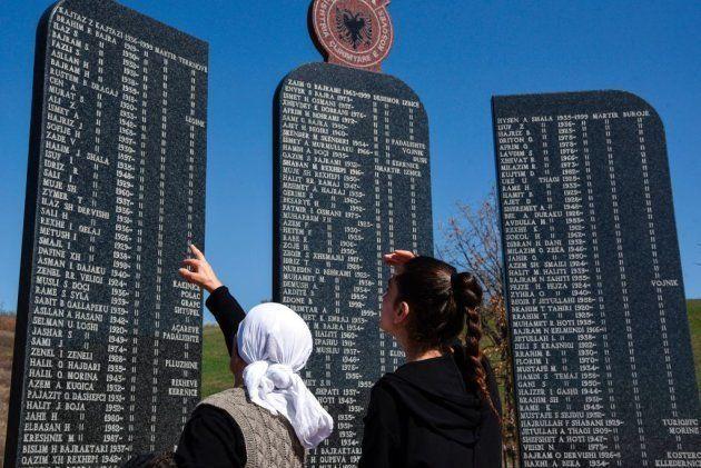 Mujeres kosovares leen los nombres de las víctimas asesinadas durante la guerra de Kosovo, como parte...