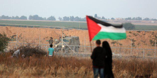 Las fuerzas israelíes intervienen durante una protesta palestina organizada por el 70 aniversario de...