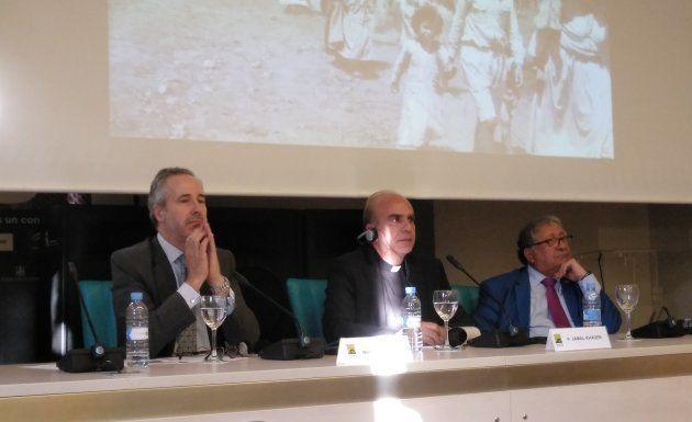 El padre Jamal Khader (centro), durante la conferencia en Casa Árabe para conmemorar el 70 aniversario...