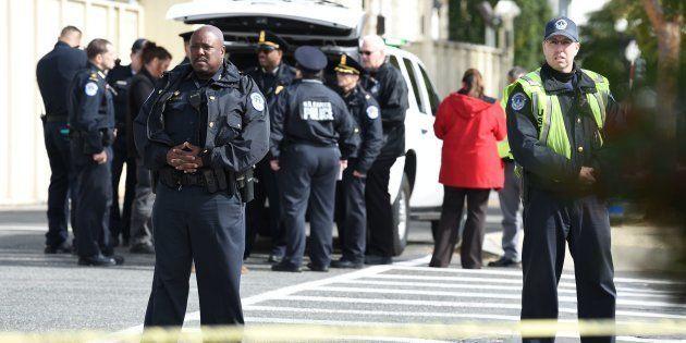 Agentes de Policía ante el Capitolio, en Washington, tras una evacuación por una falsa