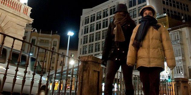 Paseantes abrigados en Burgos, en una imagen de