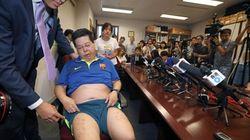 Torturado un activista hongkonés por un autógrafo de Messi para la viuda de Liu