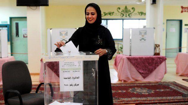 Una mujer saudí, votando satisfecha por primera vez en su vida en la ciudad de