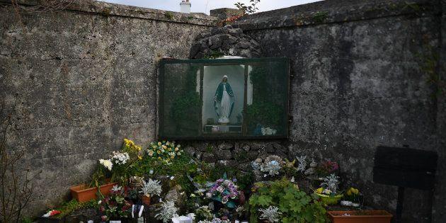 Un altar dedicado a las víctimas, en el antiguo centro de acogida de Tuam, Irlanda, el pasado