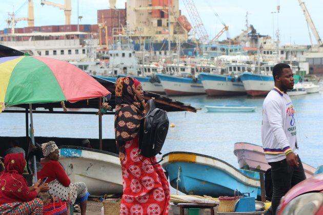 El trajín es incesante en el centro de Moroni, En los alrededores del puerto se vende fruta, pescado...