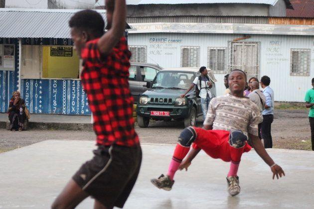 El exterior del CCAC (Centro Cultural de Artistas Comorenses) es un punto de encuentro de jóvenes de