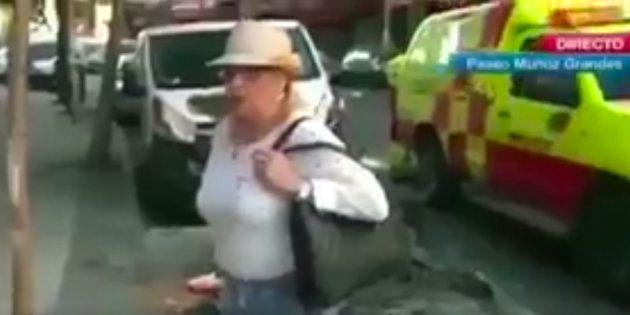 La loca interrupción en directo de una señora a una reportera de