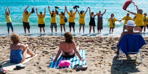 Unos 200 vecinos se manifiestan en la Barceloneta contra la especulación y el